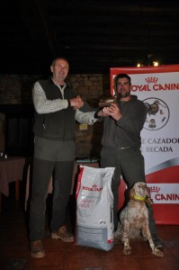 Rodri ricibiendo el premio por el resultado de Dendaberri Natacha
